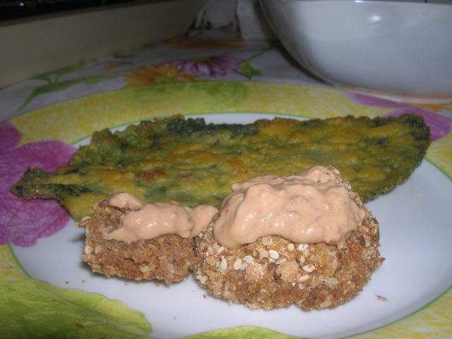 foglia di borragine fritta in compagnia di polpette di pane con salsa rosé p