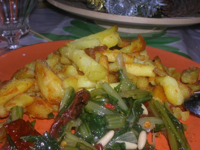 patatine fritte e foglie di puntarella