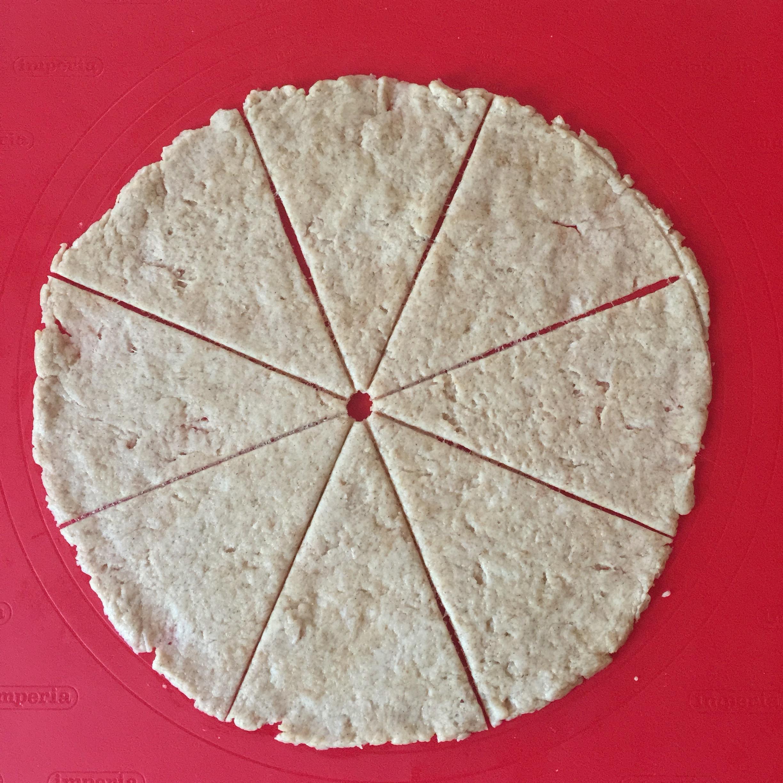 suddividere la metà dell'impasto, steso a cerchio, in 8 spicchi per le focaccine morbide